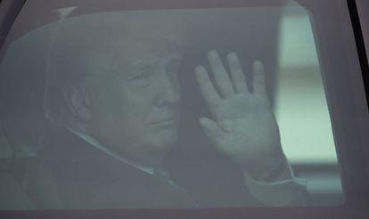 Trump acena de sua limusine