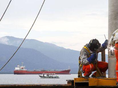 Homens fazem obra em um dos portos brasileiros.
