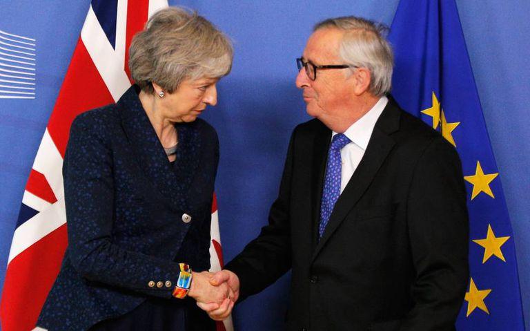 Theresa May e Jean-Claude Juncker, nesta quinta em Bruxelas.