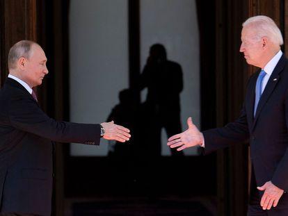 Vladimir Putin e Joe Biden se cumprimentam antes do início da reunião desta quarta-feira em Genebra (Suíça).