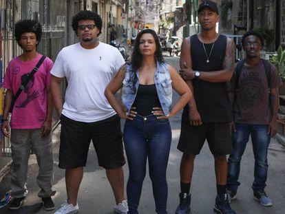 Felipe, Fagner, James e Arthur, com a pesquisadora Camila Barros (ao centro) na favela Maré, no Rio de Janeiro.