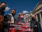 DVD1043 (18/02/2021) Familiares posan frente al congreso de los diputados el día de la aprobación de la ley de eutanasia en Madrid.