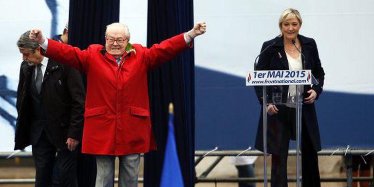 Jean-Marie Lhe Pen, de vermelho, e sua filha Marine Lhe Pen o passado maio em Paris.