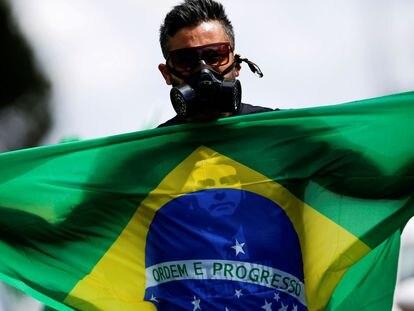 Manifestante pró-Bolsonaro protesta em Brasília, no último domingo.