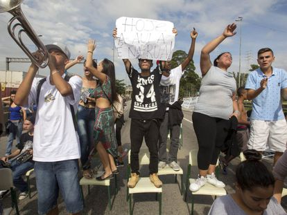 Estudantes protestaram hoje, 4 de dezembro, contra a reorganização escolar de Geraldo Alckmin. Os secundaristas bloquearam uma avenida em São Paulo.
