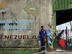 A Brasil también ha llegado la ola migratoria venezolana. Daniel, que trabajaba en una compañía petrolera, posa en la frontera con Brasil en el paso fronterizo de Pacaraima, en el estado de Roraima.