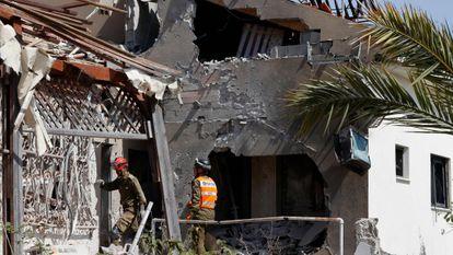 Socorristas numa casa atingida por um foguete lançado de Gaza, nesta terça-feira, em Ashkelon (Israel).