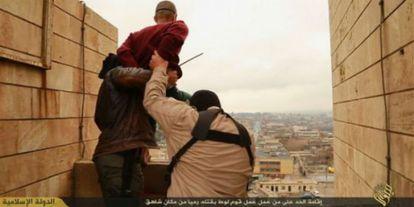 Imagem de um vídeo do EI no qual dois jihadistas atiram um suposto homossexual do alto de uma construção, na localidade iraquiana de Nínive