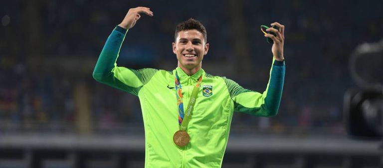 O brasileiro Thiago da Silva com a medalha de ouro do salto com vara.