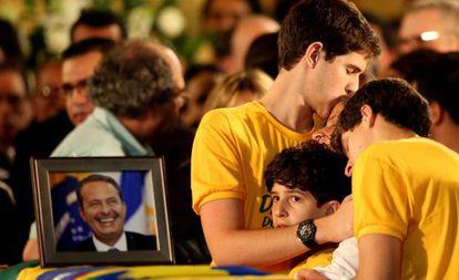 Filhos de Campos consolam a mãe no velório.