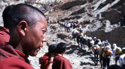 Monges tibetanos observam uma competição de esportes radicais.
