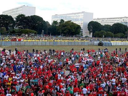 Manifestantes contrários e favoráveis ao Impeachment da presidenta Dilma Rousseff se reúnem para assistir no telão à votação do processo, em 17 de abril de 2016.