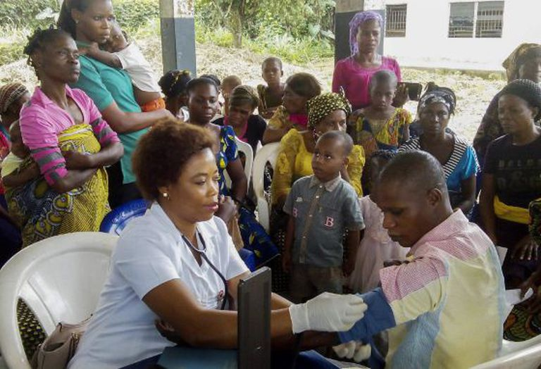 Uma voluntária participa de um programa de cuidado médico gratuito para a comunidade em Ebughu, Akwa Ibom, Nigéria.