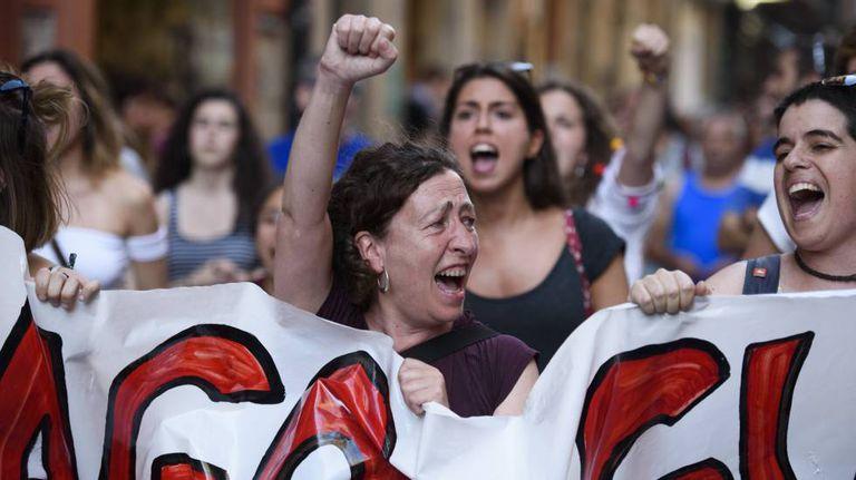 Mulheres protestam em Pamplona, nesta quinta-feira (2106) contra a liberdade provisória para a
