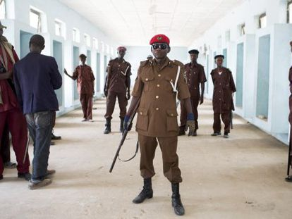 Um grupo de voluntários para participar na perseguição ao grupo Boko Haram, nesta quarta-feira no nordeste da Nigéria.