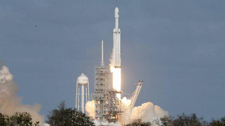 O Falcon Heavy sendo lançado na tarde de terça-feira em Cabo Canaveral.