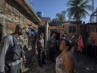 A polícia vasculha uma área da Baixada Fluminense, na periferia do Rio de Janeiro, em 2019.