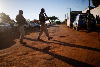 Policiais durante as ações de busca por Lázaro Barbosa de Sousa em Cocalzinho, Goiás, no dia 22 de junho.