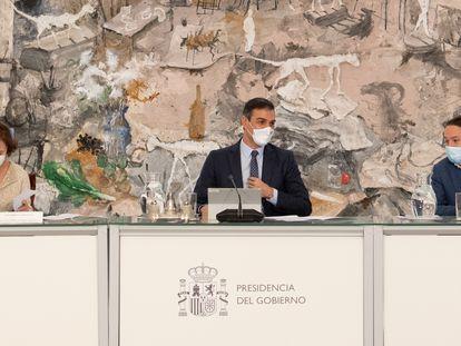 O primeiro-ministro espanhol, Pedro Sánchez, durante o Conselho de Ministros extraordinário neste domingo.