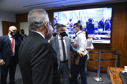 Flávio Bolsonaro reclama da arbitragem do relator Renan Calheiros na CPI da Pandemia, na quarta-feira.