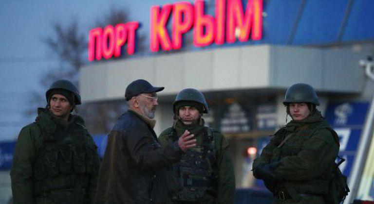 Homens armados, supostamente do Exército russo, no porto de Kerch, em 3 de março.