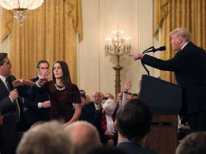 Trump discute com o repórter da CNN Jim Acosta durante entrevista coletiva.