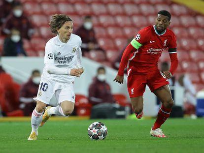 Modric conduz a bola contra pressão de Wijnaldum durante a partida de quartas de final da Champions entre Liverpool e Real Madrid.