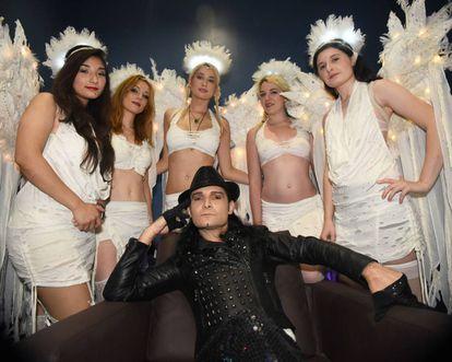 Corey Feldman e suas 'anjinhas'.