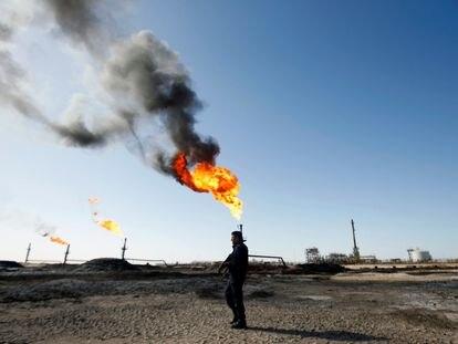 Policial em um campo de exploração de petróleo da ExxonMobil no Iraque.