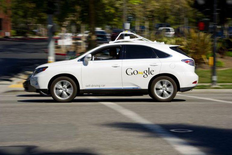 Modelo de carro autodirigido diante da sede da Google na Califórnia.
