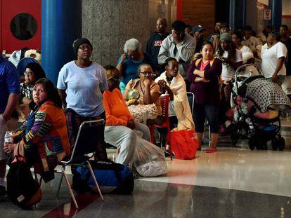 Afetados pelo furacão Harvey fazem fila para pedir ajuda federal no abrigo temporário