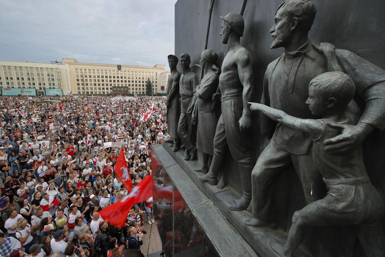 Manifestação contra Lukashenko e a suposta fraude eleitoral na praça da Independência, em Minsk, nesta terça-feira.
