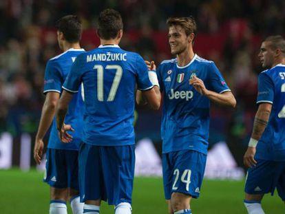 Atletas da Juve comemoram o gol de Mandzukic.
