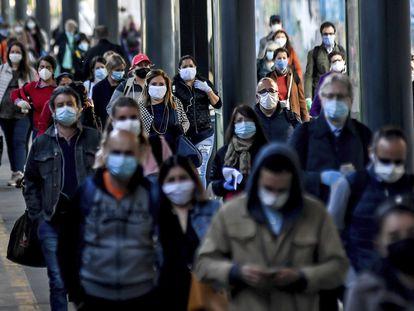 Estudos preliminares apontam que sobrepeso, mais comum em países como Espanha e Itália, pode influenciar na letalidade do novo coronavírus. Na imagem, passageiros lotam a estação ferroviária de Cadorna, em Milão, Itália, na segunda-feira, 4 de maio de 2020.