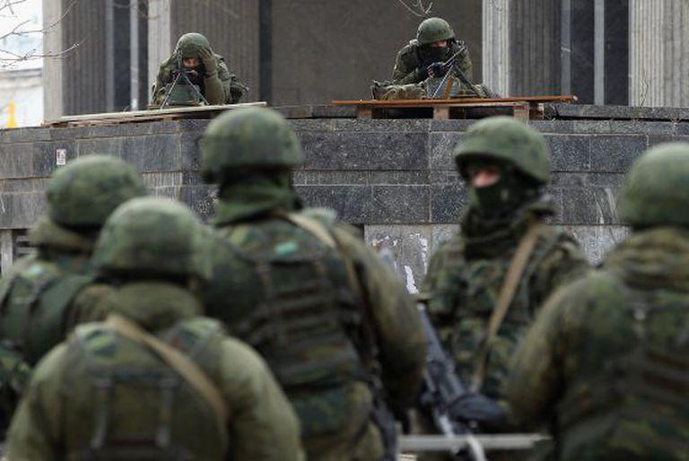 Soldados sem identificação no parlamento da Crimeia.