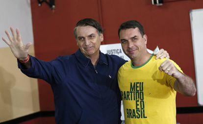 Jair Bolsonaro ao lado do filho Flávio no dia da votação da última eleição, em 7 de outubro.