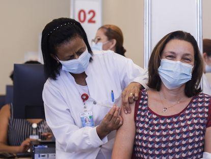 A médica Beatriz Perondi, do Hospital das Clínicas de São Paulo, recebe a 1ª dose da coronavac, nesta segunda-feira, um dia após a aprovação emergencial pela Anvisa.