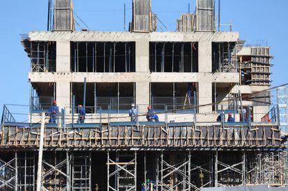 Setores como construção civil já preveem fim da onda de demissões.
