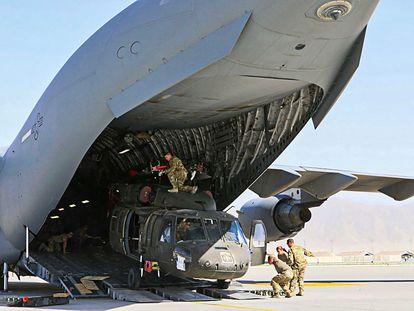 Soldados norte-americanos carregam um avião militar de transporte, em 16 de junho, em Bagram.