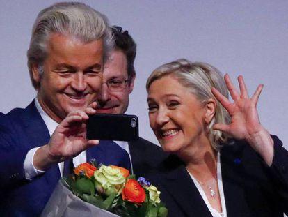 O ultradireitista holandês Geert Wilders e a francesa Marine Le Pen tiram uma 'selfie' em 2017.
