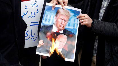 Manifestantes radicais protestam neste sábado em Teerã contra o assassinato do cientista nuclear.