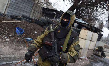 Separatista pró-Rússia em posto de controle em Donetsk.