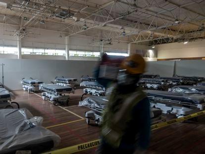 Trabalhadores preparam um hospital de emergência em Monterrey,