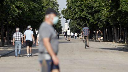 Madrilenhos passeiam no parque Retiro, no primeiro dia de saída do confinamento, na segunda.