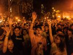 Jovens celebram a derrota do conservador Junius Ho, neste domingo em Hong Kong.