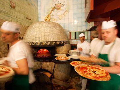Cozinha da pizzaria Trianon, em Nápoles (Itália).