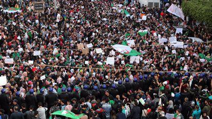 Estudantes argelinos protestam contra Buteflika em 5 de março.