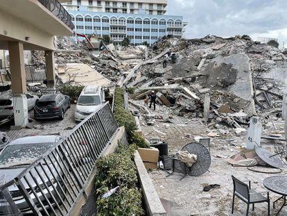 Imagem do que era a entrada do prédio de 12 andares colapsado em Surfside, Flórida.
