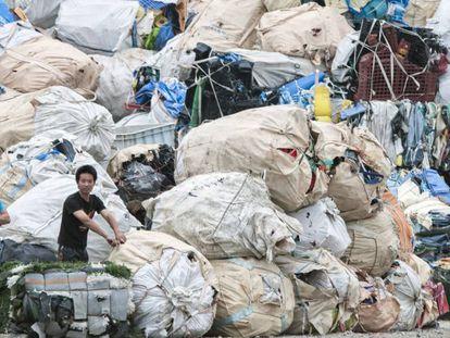 Montanhas de plástico importado esperam a ser recicladas nas instalações de Guiyu.