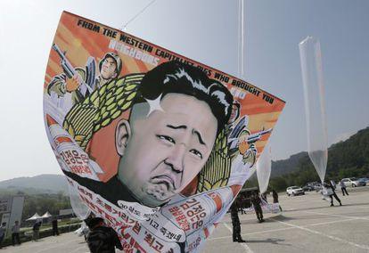Desertores norte-coreanos lançam balões de protesto contra o regime em direção ao seu país natal.
